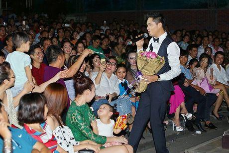 Ninh Duong Lan Ngoc boi roi khi duoc Minh Luan tang hoa truoc rung khan gia - Anh 5