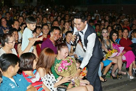 Ninh Duong Lan Ngoc boi roi khi duoc Minh Luan tang hoa truoc rung khan gia - Anh 6