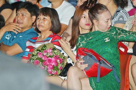 Ninh Duong Lan Ngoc boi roi khi duoc Minh Luan tang hoa truoc rung khan gia - Anh 7
