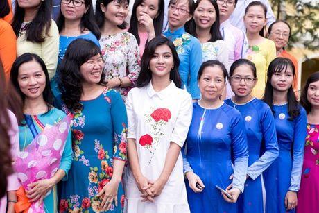 Pham Huong cung dan sao Viet tri an thay co ngay 20.11 - Anh 13