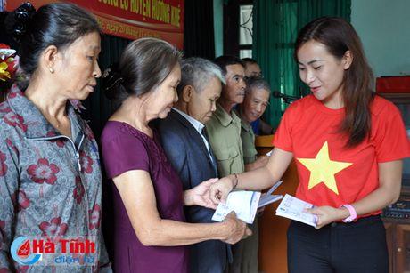 Cac to chuc chia se kho khan voi ba con vung lu Huong Khe - Anh 3