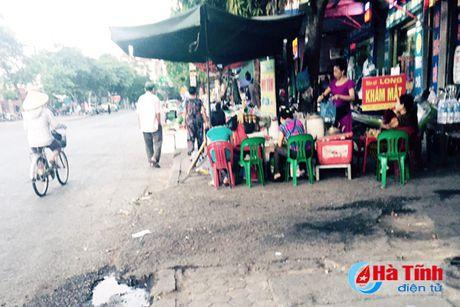 Tai dien canh ban hang rong truoc cong BVDK Ha Tinh - Anh 10
