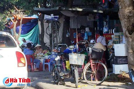 Tai dien canh ban hang rong truoc cong BVDK Ha Tinh - Anh 11