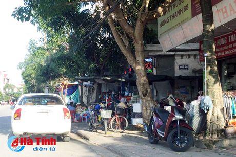 Tai dien canh ban hang rong truoc cong BVDK Ha Tinh - Anh 12