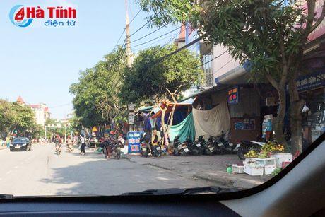 Tai dien canh ban hang rong truoc cong BVDK Ha Tinh - Anh 13