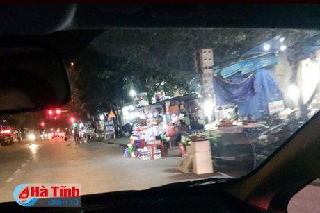 Tai dien canh ban hang rong truoc cong BVDK Ha Tinh - Anh 15
