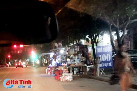 Tai dien canh ban hang rong truoc cong BVDK Ha Tinh - Anh 16