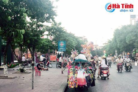 Tai dien canh ban hang rong truoc cong BVDK Ha Tinh - Anh 1