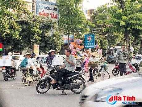 Tai dien canh ban hang rong truoc cong BVDK Ha Tinh - Anh 2