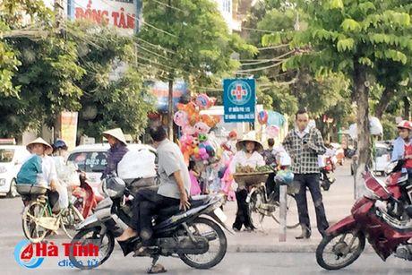 Tai dien canh ban hang rong truoc cong BVDK Ha Tinh - Anh 3