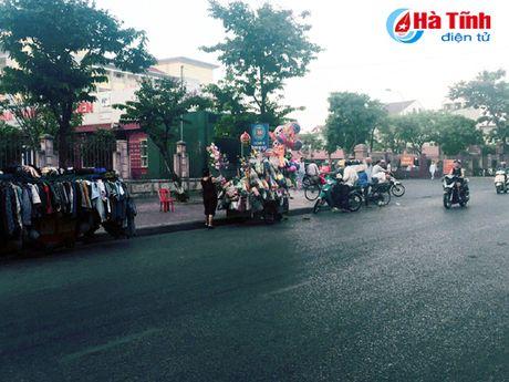 Tai dien canh ban hang rong truoc cong BVDK Ha Tinh - Anh 4