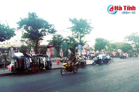 Tai dien canh ban hang rong truoc cong BVDK Ha Tinh - Anh 5
