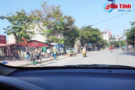 Tai dien canh ban hang rong truoc cong BVDK Ha Tinh - Anh 6