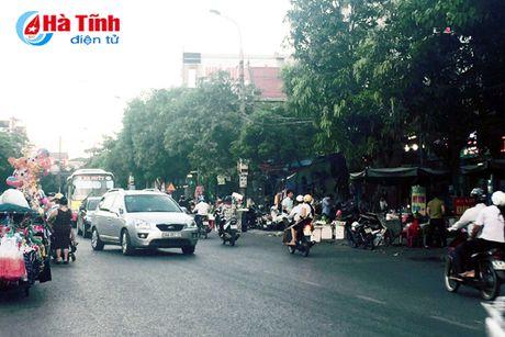 Tai dien canh ban hang rong truoc cong BVDK Ha Tinh - Anh 8
