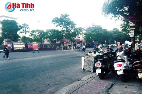 Tai dien canh ban hang rong truoc cong BVDK Ha Tinh - Anh 9
