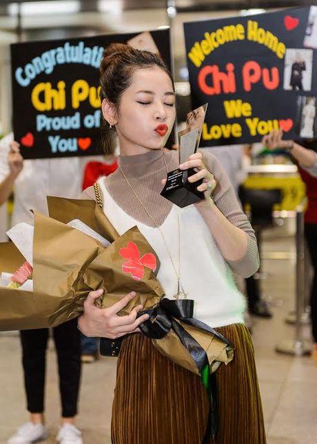 """Chi Pu hanh phuc khoe giai thuong """"Ngoi sao trien vong chau A"""" voi fan o san bay - Anh 11"""