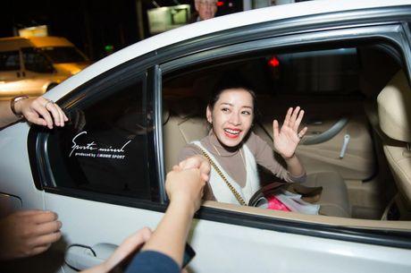 """Chi Pu hanh phuc khoe giai thuong """"Ngoi sao trien vong chau A"""" voi fan o san bay - Anh 14"""