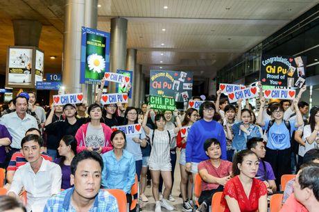 """Chi Pu hanh phuc khoe giai thuong """"Ngoi sao trien vong chau A"""" voi fan o san bay - Anh 3"""