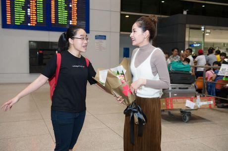 """Chi Pu hanh phuc khoe giai thuong """"Ngoi sao trien vong chau A"""" voi fan o san bay - Anh 5"""