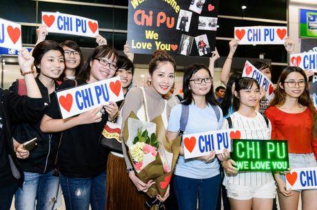 """Chi Pu hanh phuc khoe giai thuong """"Ngoi sao trien vong chau A"""" voi fan o san bay - Anh 6"""