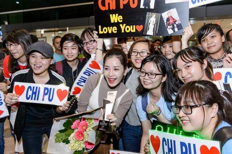 """Chi Pu hanh phuc khoe giai thuong """"Ngoi sao trien vong chau A"""" voi fan o san bay - Anh 7"""