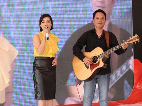 Tinh yeu thay tro trong showbiz Viet: Khac cot ghi tam du hanh phuc hay dang do - Anh 2
