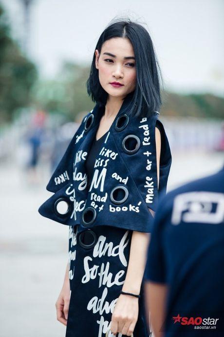 Mac lum xum, Xuan Lan cung dan tro cung van tu tin khoe street style tren pho Sai Gon - Anh 10