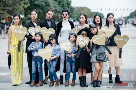 Mac lum xum, Xuan Lan cung dan tro cung van tu tin khoe street style tren pho Sai Gon - Anh 15