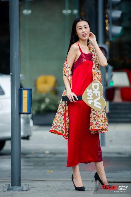 Mac lum xum, Xuan Lan cung dan tro cung van tu tin khoe street style tren pho Sai Gon - Anh 3