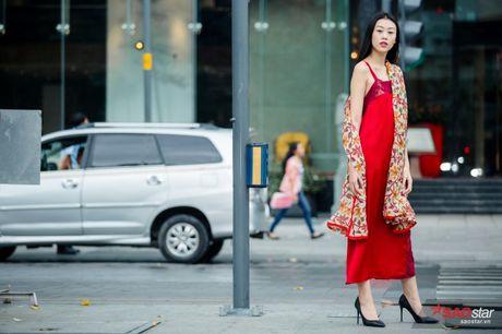 Mac lum xum, Xuan Lan cung dan tro cung van tu tin khoe street style tren pho Sai Gon - Anh 4