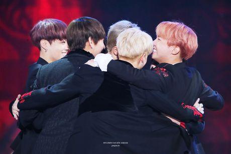 BTS thang album cua nam: Khong phai fan EXO cung phan no! - Anh 2
