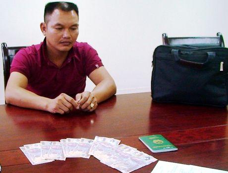 Quang Binh: Bat giu doi tuong su dung va van chuyen tien gia tai cua khau - Anh 1