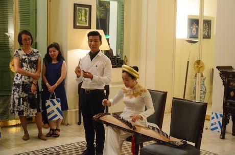 Tong lanh su Phap chuc mung giao vien - Anh 2