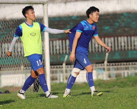 Ngoc Hai bat Xuan Truong chiu phat tren san tap - Anh 3