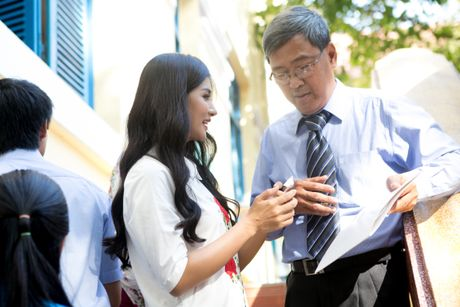 Kim Tuyen mac dam trang gian di ve tham thay co - Anh 4