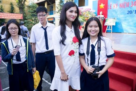 Ngay Nha giao Viet Nam 20/11: Kim Tuyen rang ro ve tham truong cu - Anh 10