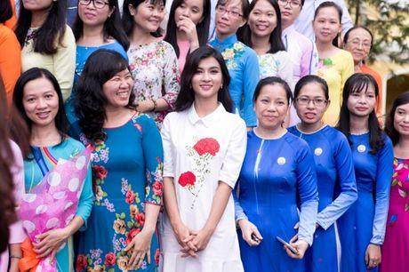 Ngay Nha giao Viet Nam 20/11: Kim Tuyen rang ro ve tham truong cu - Anh 7