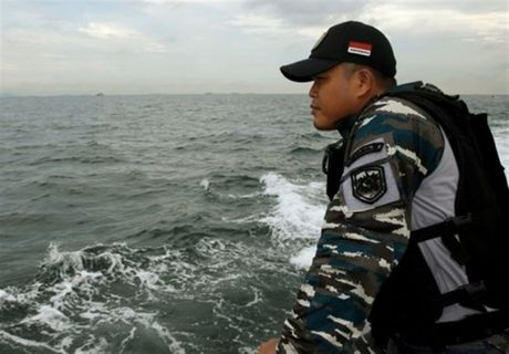Tau Indonesia va cham voi tau cho hang Viet Nam, 15 nguoi mat tich - Anh 1