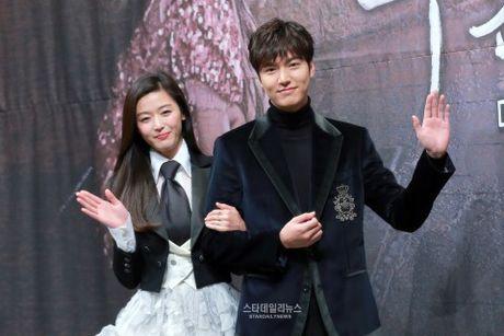 Lee Min Ho trong 'Huyen thoai bien xanh' voi chan dai chan ngan - Anh 1