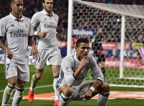 Atletico Madrid 0-3 Real Madrid: Ronaldo lap hat-trick sieu hang, giup Real bo xa Barca - Anh 2