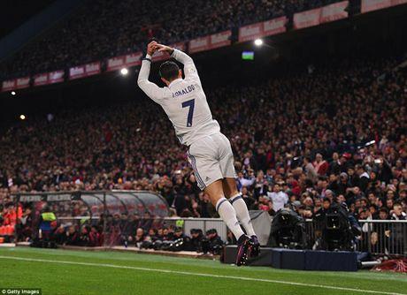 Atletico Madrid 0-3 Real Madrid: Ronaldo lap hat-trick sieu hang, giup Real bo xa Barca - Anh 3