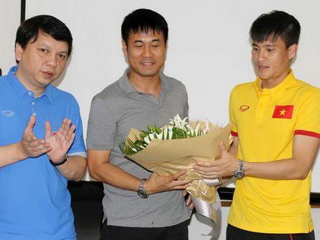 Hoc tro chuc mung HLV Huu Thang nhan ngay 20/11 truoc cuoc hop dau phap - Anh 1