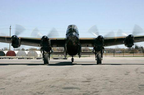 Su dang so cua may bay nem bom Avro Lancaster Mk. X noi tieng - Anh 10
