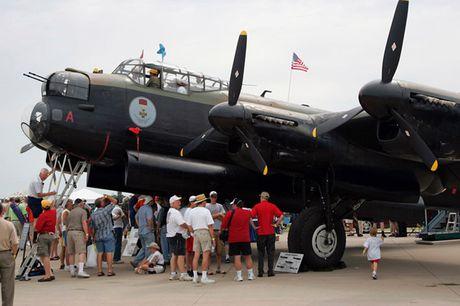 Su dang so cua may bay nem bom Avro Lancaster Mk. X noi tieng - Anh 12
