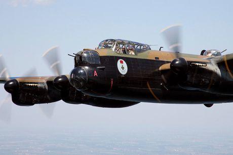 Su dang so cua may bay nem bom Avro Lancaster Mk. X noi tieng - Anh 2