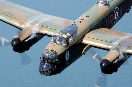 Su dang so cua may bay nem bom Avro Lancaster Mk. X noi tieng - Anh 4