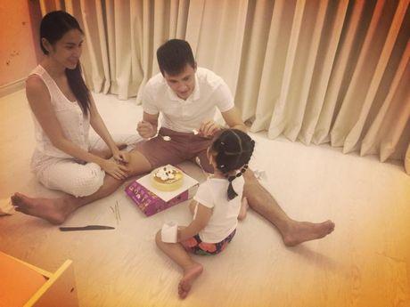 Thuy Tien khoe con gai giau mat biet khan cho bo Cong Vinh ghi ban - Anh 8