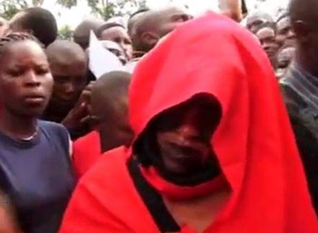 Kenya: Cap doi ngoai tinh 'dinh chat', ca lang keo den xem - Anh 3