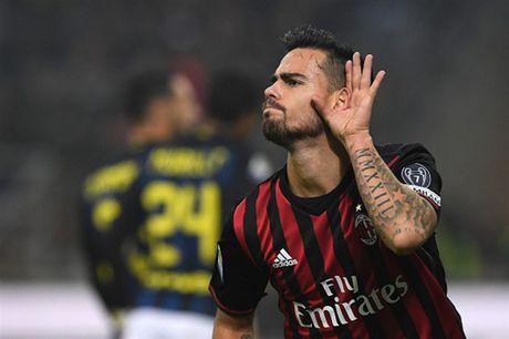 Man ruot duoi ty so ngoan muc trong tran Derby Milano - Anh 4