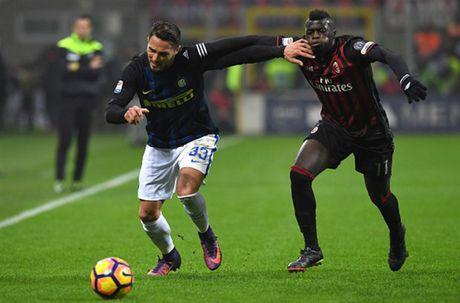 Man ruot duoi ty so ngoan muc trong tran Derby Milano - Anh 5